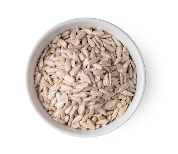 Семена подсолнечника в миске nwhite изолированные вид сверху
