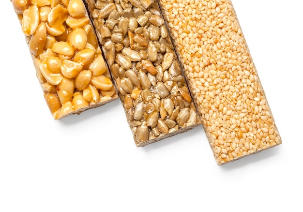 ヒマワリの種、ゴマ、白で分離された砂糖シロップのピーナッツ