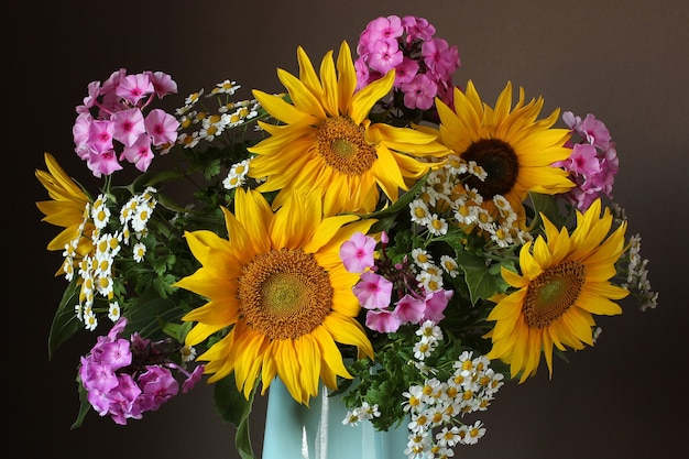 背景の庭の花としてひまわりフロックスとデイジーブーケのクローズアップ
