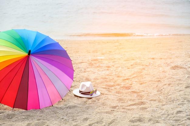 サングラス、虹色の傘、熱帯の浜辺