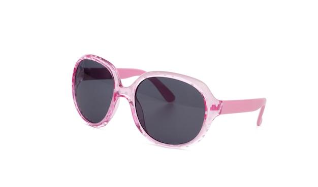 Солнцезащитные очки в розовой пластиковой оправе боком, изолированные на белом фоне