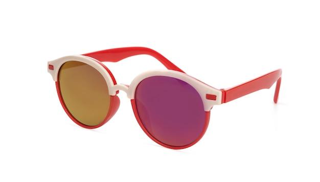 흰색 배경에 고립 된 점이 있는 빨간색 프레임의 선글라스