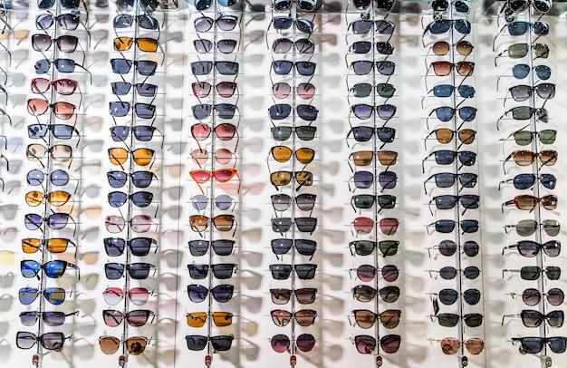 Солнцезащитные очки на полках витрины магазина