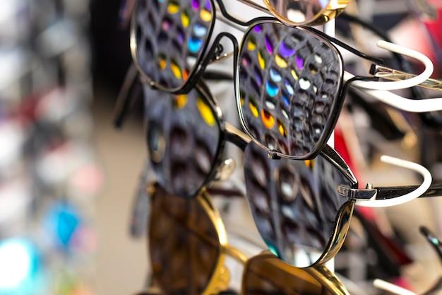 Солнцезащитные очки, в которых отображаются другие очки разных цветов.