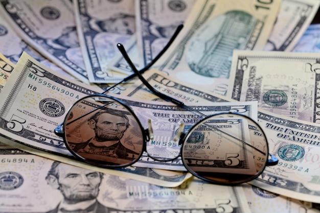 Солнцезащитные очки размещены на банкноте долларов сша