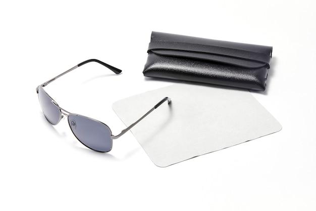 白い背景で隔離のサングラス