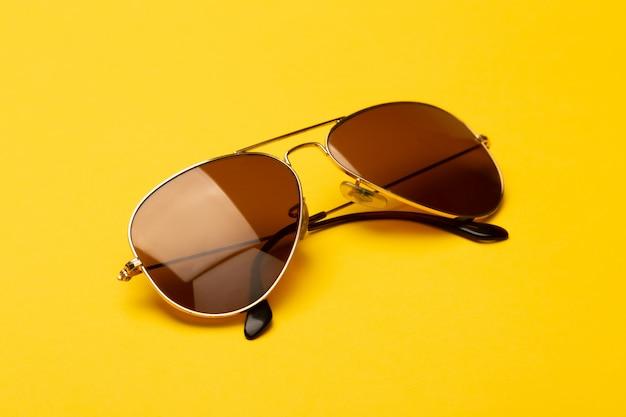 노란색에 고립 된 선글라스