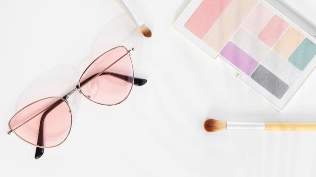 Tavolozza occhiali da sole e trucco