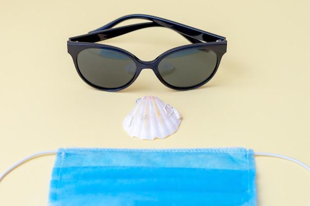 Солнцезащитные очки, медицинская маска для лица, морская ракушка.