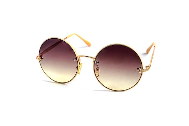 Солнцезащитные очки на белом фоне. изолировать. здоровые глаза. скопируйте пространство.