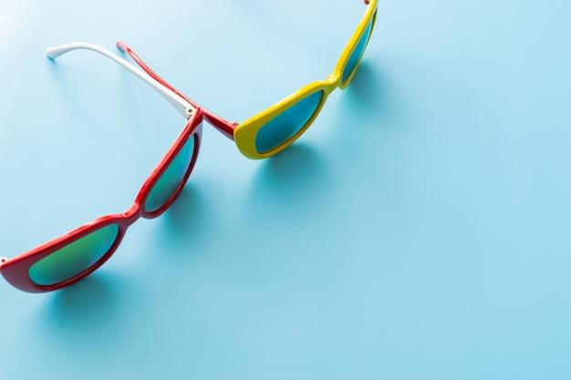 파란색 배경에 선글라스