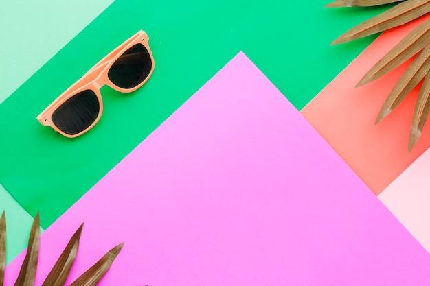 Солнцезащитные очки на разноцветной поверхности