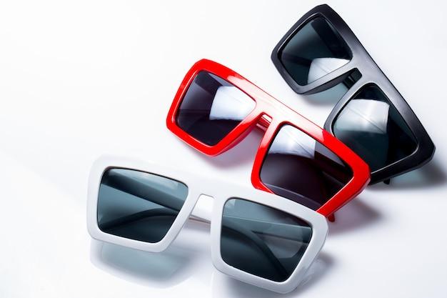 Солнцезащитные очки на столе