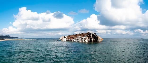 해안 근처에 침몰 한 배. 난파선, 폭풍.