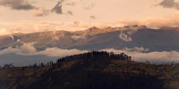 Солнечный свет падает на горы, кито, эквадор