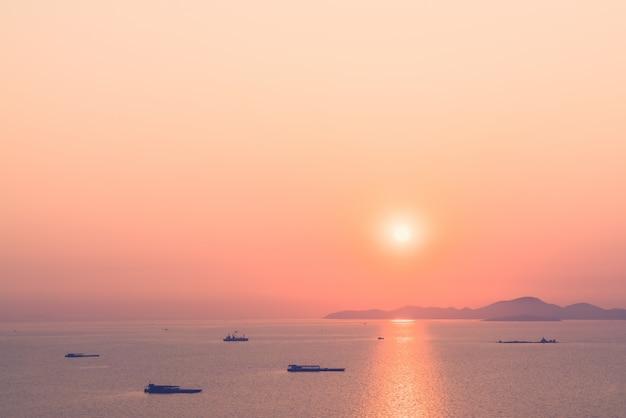 Солнечный свет парусное судно фон