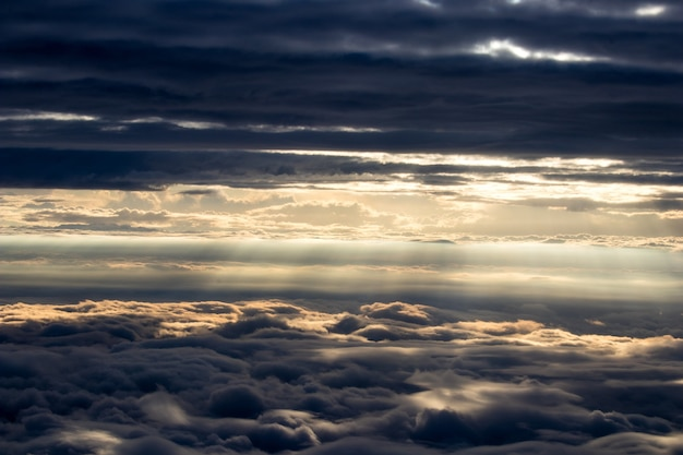 Солнечный свет проходит сквозь облака