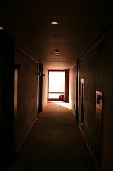호텔 복도의 창문을 통해 햇빛이 비칩니다.