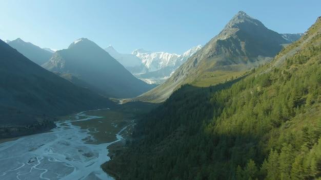 日光が横から輝き、山や谷に降り注ぐ