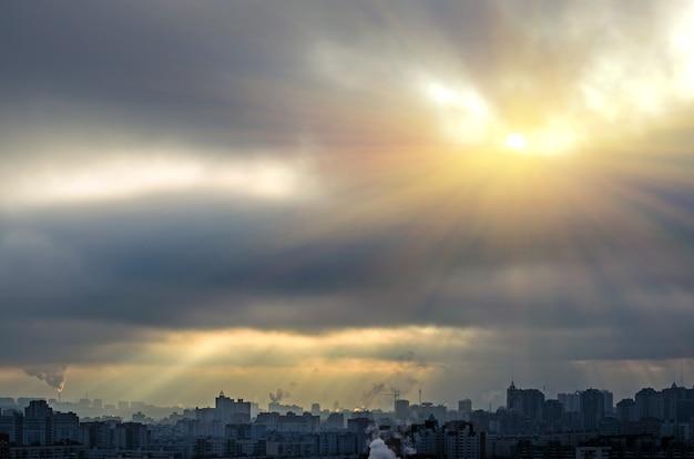 신성한 빛 도시의 구름에서 햇빛 채광창.