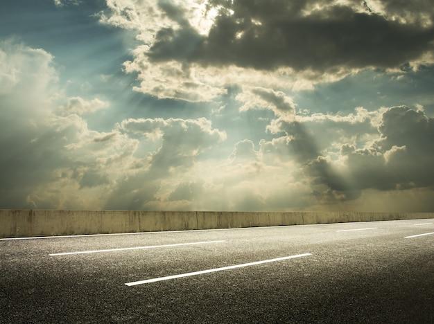 雲の切れ間から太陽の光