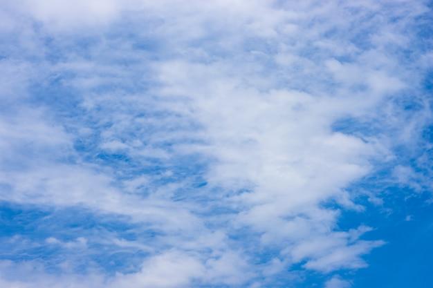 정오에 추상 흰 구름과 맑은 푸른 하늘