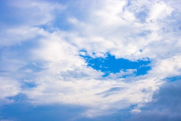 아름다운 분위기의 맑은 푸른 하늘