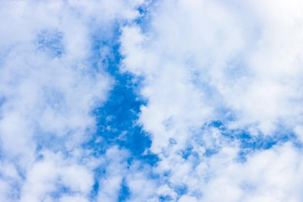 오후에 완전히 덮인 흰 구름과 맑은 푸른 하늘