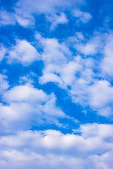 흩어져있는 흰 구름과 맑은 푸른 하늘