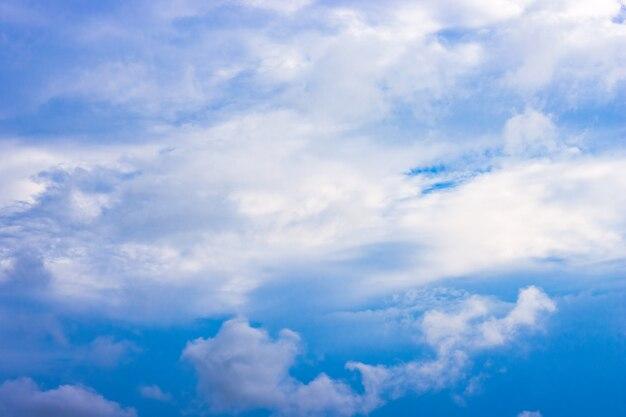부드러운 흰 구름과 맑은 푸른 하늘