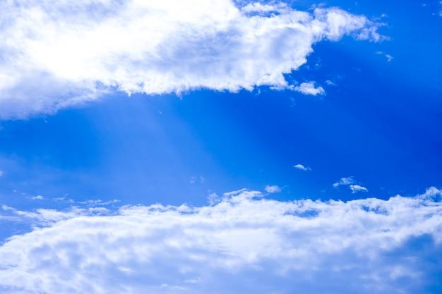 흰 구름과 맑은 푸른 하늘