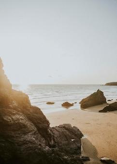 바위 해변에서 화창한 날
