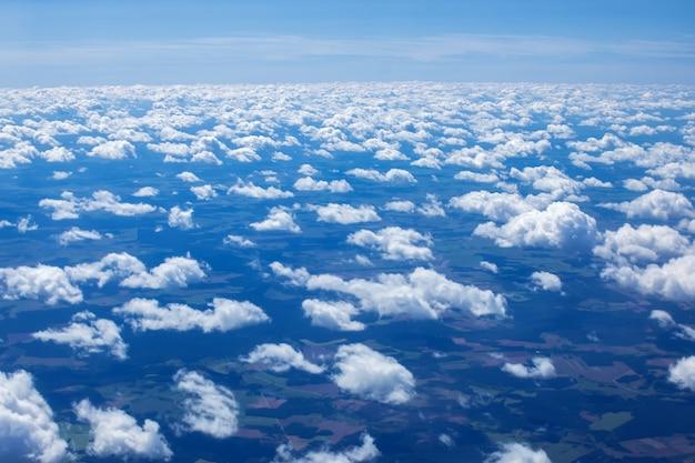 飛行機の窓から晴れた日のatmosfera