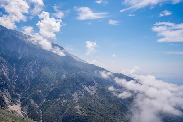 山の高い晴れた日山の頂上山の頂上の青い空の雲は鋭い岩