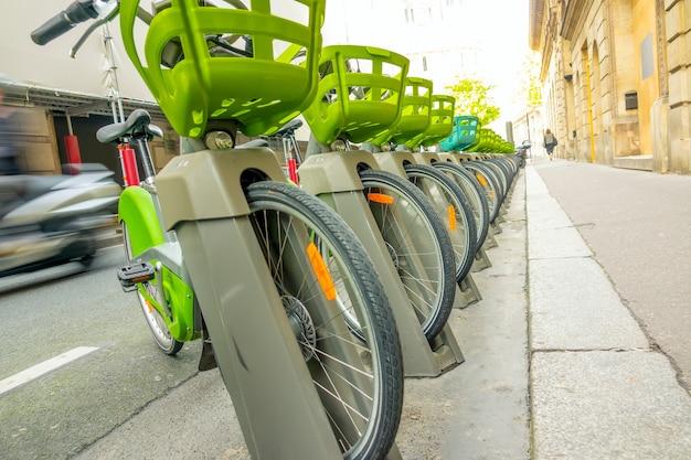 도시 거리에 화창한 날입니다. 많은 자전거가 인도에 주차되어 있습니다.