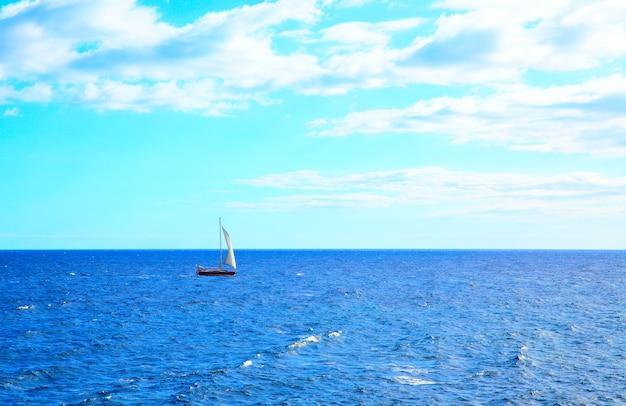 Солнечный день морской пейзаж с парусной лодкой, тенерифе, канарские острова
