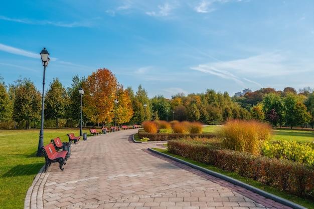 秋の公園に灯籠のある日当たりの良い花の路地。ツァリツィノ。モスクワ。
