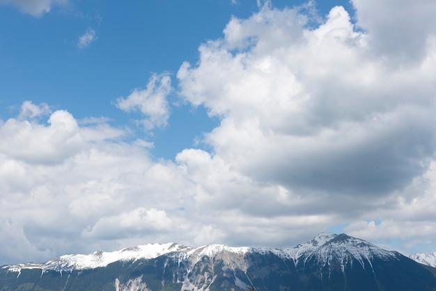 Солнечный пейзаж вид на юлианские альпы от озера блед, словения, европа.