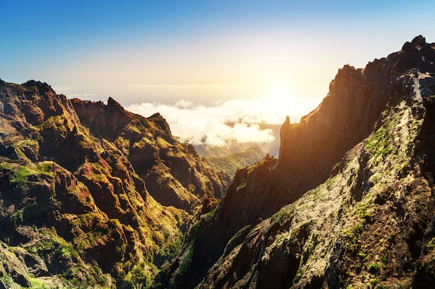 Солнечные горы в облаках