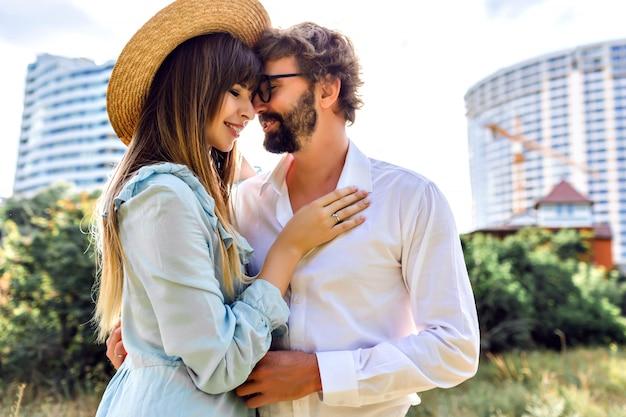 Солнечный открытый модный образ красивой великолепной стильной элегантной гламурной пары