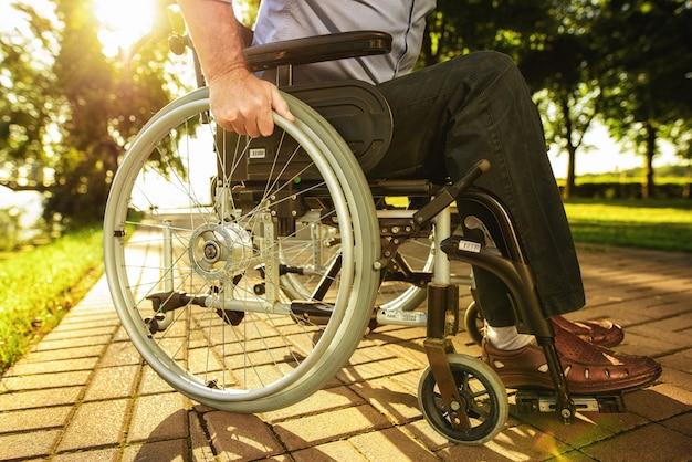 車椅子の日当たりの良いロードホイールをクローズアップ Premium写真