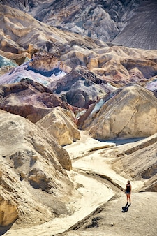 Scenario soleggiato della tavolozza dell'artista nel parco nazionale della valle della morte, california