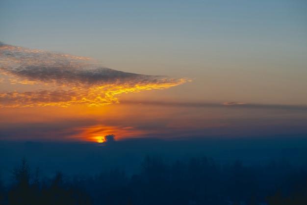 Солнечный блеск на облаках. прекрасный яркий рассвет. красивый спокойный закат. живописный спокойный рассвет. удивительное мирное облачное небо. солнце над горизонтом.