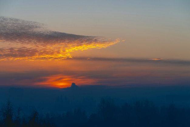 Солнечный блеск на облаках. прекрасный яркий рассвет. красивый спокойный закат. живописный спокойный рассвет. удивительное мирное облачное небо.