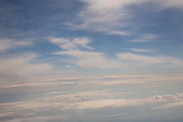 Солнечное небо абстрактный фон, красивые облака, на небе, вид на белые пушистые облака, концепция свободы