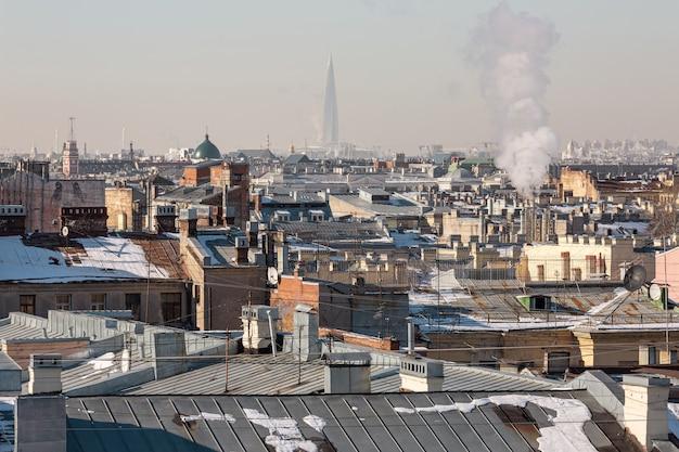 ロシア、サンクトペテルブルクの晴れた春の日。市内中心部の屋上と地平線上の巨大な塔を眺めることができます。