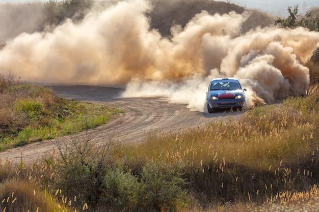화창한 여름 날. 먼지 투성이 랠리 트랙. 스포츠카는 차례대로 많은 먼지를 배출합니다 06