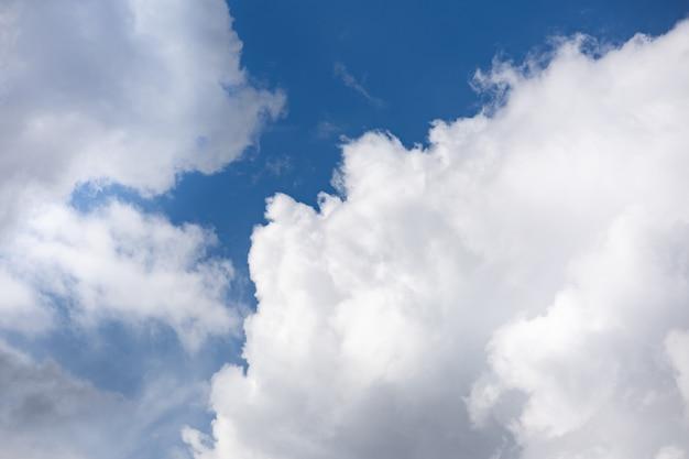 大きなふわふわ積雲のある晴れた夏の日