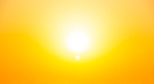 Солнечный летний закат ярко-желтый фон без облаков
