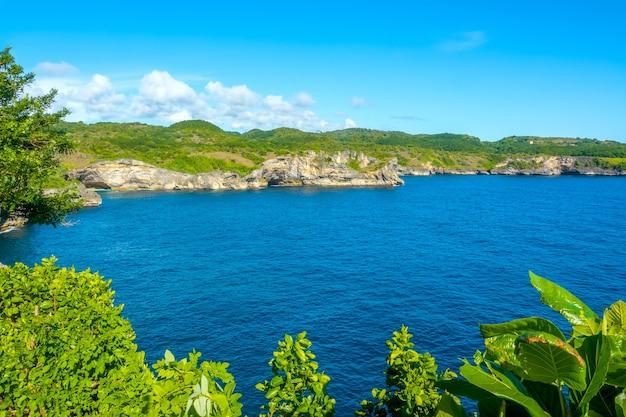 晴天。人間の介入の兆候のない熱帯の島の湾。青空にターコイズブルーの水と雲